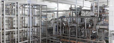 Ausrüstung, Kabel und Rohrleitungen in modernen Industrieanlagen gefunden