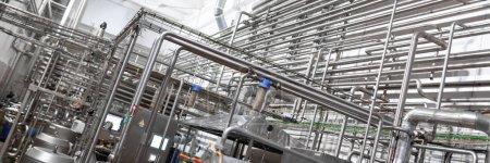 Ausrüstung, Kabel und Rohrleitungen in modernem Industriekraftwerk