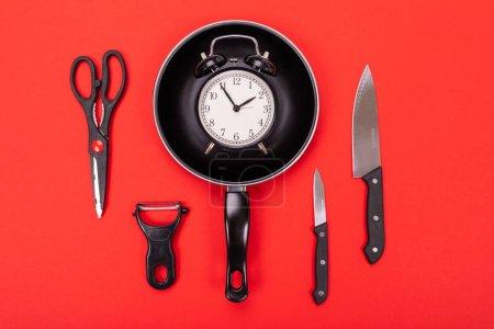 Photo pour Photo rapprochée du groupe d'ustensiles de cuisine avec copyspace sur fond rouge - image libre de droit