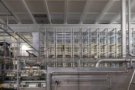 Photo pour Fabrication de produits chimiques moderne. Équipements, de câbles et de tuyaux trouvés à l'intérieur à l'arrière-plan de la fabrication - image libre de droit