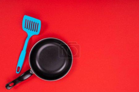 Photo pour Photo en gros plan de la poêle à frire avec spatule comme ustensiles de cuisine pour le concept de cuisine - image libre de droit