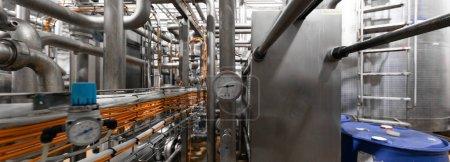 Hintergrundkonzept Industriegebiet. Ausrüstung, Pipelines und Kabel im Werksinnenraum