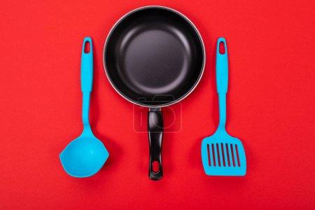 Photo pour Photo en gros plan de la poêle à frire avec spatule et cuillère comme ustensiles de cuisine pour le concept de cuisine - image libre de droit