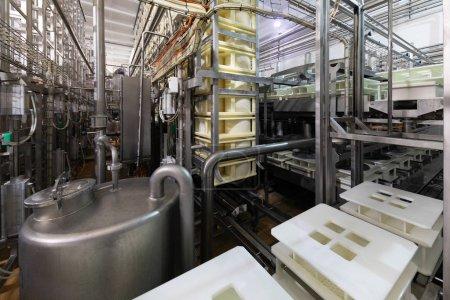 Photo pour Intérieur moderne d'usine avec fond de processus de production - image libre de droit