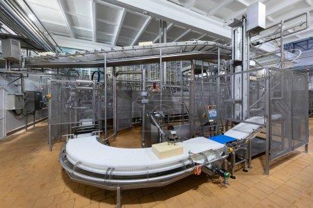 Photo pour Fabrication de produits chimiques moderne. Équipement à l'intérieur à l'arrière-plan de la fabrication - image libre de droit