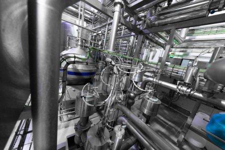 Photo pour Contexte industriel. Equipements, outils industriels et machines pour la production dans les ateliers d'usine. usine laitière. Tuyau d'eau en acier, tuyaux chromés. A l'intérieur de l'usine de vin moderne. Usine moderne - image libre de droit