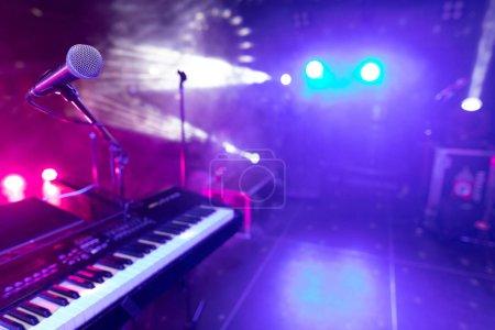 Photo pour Clés de synthé dans les lumières du club de lumière. Gros plan sur piano, clavier - Clés sur synthétiseur - Instrument de musique - image libre de droit