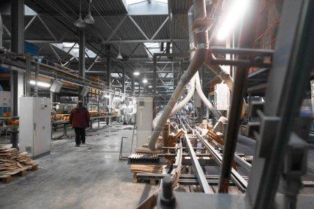 Photo pour Intérieur d'usine de ciment. Convoyeur de production de ciment industriel. Travailleurs dans l'atelier sur la ligne de production - image libre de droit