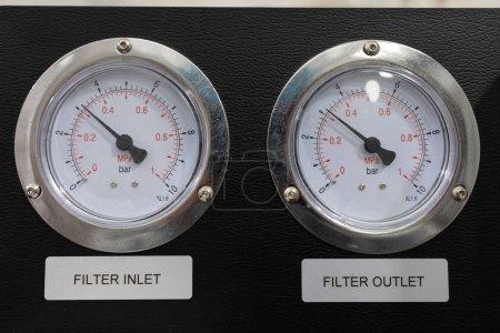 Photo pour Jauge de pression dans le gazoduc, un mur. Hydrostatiques calibres tels que le manomètre de colonne de mercure comparent la pression à la force hydrostatique par unité de surface à la base d'une colonne de liquide. C'est vrai - image libre de droit