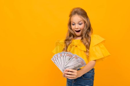 Photo pour Petite fille mignonne avec de l'argent - image libre de droit