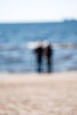 Solitude. Homme solitaire et pensif sur la plage de la mer. Un homme assis accoudé à ses jambes. Il pense