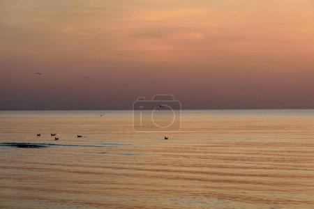 Photo pour Beau coucher de soleil dans la mer Baltique avec nuages denses et petites vagues - image libre de droit