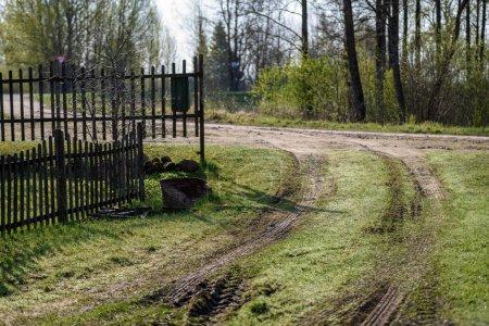 Photo pour Vieille clôture en bois dans le jardin à la campagne, été avec prairie d'herbe verte et pommiers - image libre de droit