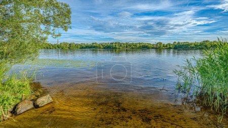 Photo pour Lac de forêt en été avec les nuages dramatiques et la végétation verte - image libre de droit