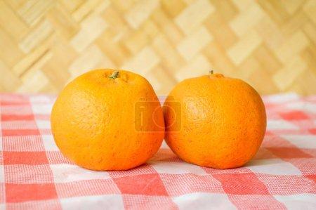 frische Orange auf Tischdecke