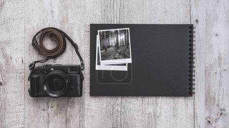 Foto de Cámara digital profesional, instantáneas fotos y álbum de fotos en un concepto madera de escritorio, arte y fotografía - Imagen libre de derechos
