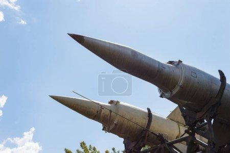 Dos misiles antiaéreos en el fondo del cielo. Antiguo lanzacohetes soviético con dos misiles montados sobre orugas