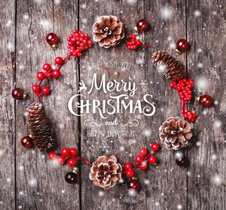 Photo pour Guirlande de Noël de branches de sapin, des cônes, des décorations rouges sur fond en bois sombre. Composition de Noël et bonne année. Vue plate Lapointe, top - image libre de droit