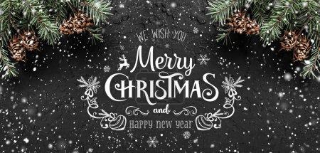 Photo pour Noël et nouvel an typographiques sur fond foncé vacances avec l'armature de branches de sapin, des pommes de pin, des flocons de neige. Thème de Noël et bonne année, neige. Vue plate Lapointe, top - image libre de droit