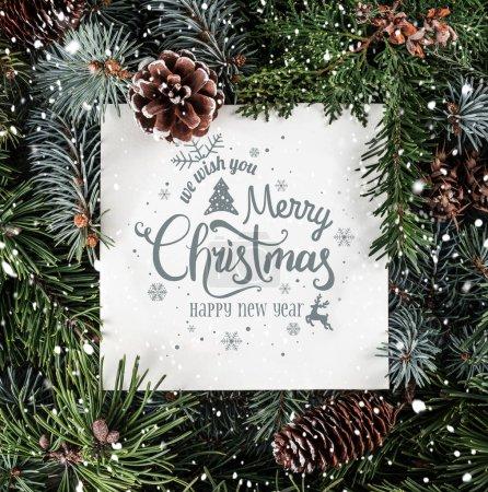 Photo pour Joyeux Noël et Nouvel An Texte sur papier sur fond de vacances avec branches de sapin, cônes de neige et de pin. Thème Noël et Nouvel An. Couché plat, vue du dessus - image libre de droit