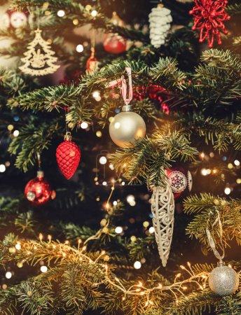 Photo pour Arbre de Noël fond et décorations de Noël avec bokeh, flou, étincelle, éclat. Bonne année et carte de Noël, vacances d'hiver, tonification - image libre de droit