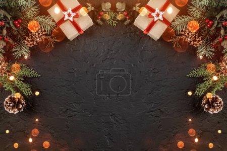 Photo pour Coffrets cadeaux de Noël sur fond de vacances avec branches de sapin, cônes de pin. Noël et bonne année thème, bokeh, étincelle, lueur. Pose plate, vue du dessus, espace pour le texte - image libre de droit