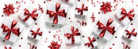 Photo pour Coffrets cadeaux de vacances blancs avec ruban rouge, scintillements, confettis sur fond blanc. Joyeux anniversaire, Saint Valentin, Fête des femmes, Joyeux Noël. Couchage plat, vue sur le dessus, large composition - image libre de droit
