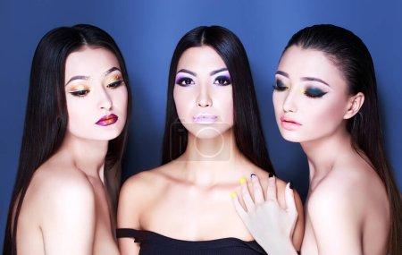 Photo pour Portrait de trois belles femmes sexy avec maquillage de mode, cheveux et ongles polonais - image libre de droit