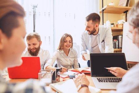 Teamarbeit. Foto junge Geschäftsleute arbeiten mit neuem Projekt im Büro