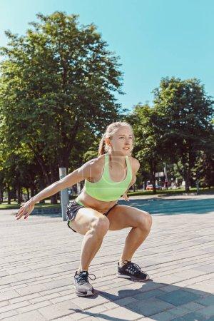 Photo pour Femme de fitness fit faire des exercices d'étirement à l'extérieur au parc. Fille faisant jambe ischio-jambiers étirement exercice et s'étire. Modèle sport féminin exercice en plein air en été. - image libre de droit