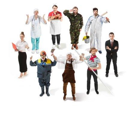 Photo pour Collage sur différentes professions. Groupe d'hommes et de femmes en uniforme debout dans un studio isolé sur fond blanc. Toute la longueur des personnes ayant différentes professions. Buisiness, professionnel - image libre de droit
