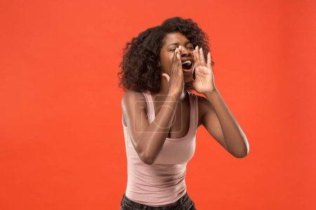 Photo pour Ne manquez pas. Jeune femme occasionnelle criant. Criez. Pleurer femme afro émotionnelle hurlant sur fond rouge studio. Portrait de femme demi-longueur. Émotions humaines, concept d'expression faciale. Couleurs tendance - image libre de droit