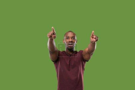 Photo pour J'ai gagné. Gagner le succès homme heureux célébrant être un gagnant. Image dynamique du modèle afro masculin sur fond de studio vert. Victoire, concept de délice. Concept d'émotions faciales humaines. Couleurs tendance - image libre de droit