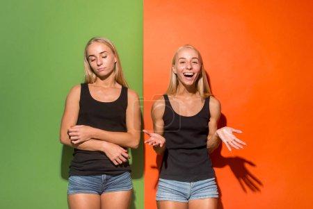Photo pour Pourquoi ça ? Beau portrait féminin mi-long isolé sur fond studio tendance. Jeunes femmes émotionnelles heureuses et malheureuses. Émotions humaines différentes, concept d'expression faciale . - image libre de droit