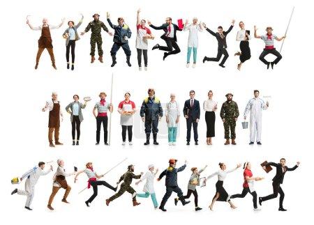 Photo pour Collage de différentes professions. Groupe d'hommes, femmes en uniforme courant dans un studio isolé sur blanc. Toute la longueur des personnes ayant différentes professions. Buisiness, concept professionnel - image libre de droit