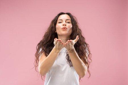 Photo pour Heureuse femme d'affaires debout et embrassant isolé sur fond de studio rose. Magnifique portrait féminin de demi-longueur. Jeune femme émotionnelle. Les émotions humaines, concept d'expression faciale . - image libre de droit
