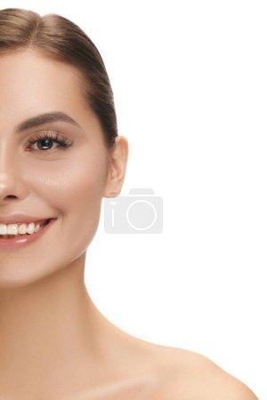 Photo pour Le beau visage féminin souriant heureux. La peau parfaite et propre visage sur blanc. La beauté, soins, peau, traitement, santé, spa, concept cosmétique - image libre de droit