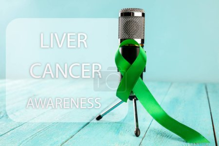 Photo pour Cancer du foie et hépatite B - Ruban du mois de sensibilisation au virus de l'hépatite B, couleur vert émeraude ou jade sur fond bois. Le cancer, la santé, l'aide, les soins, le soutien, l'espoir, la maladie, le survivant - image libre de droit