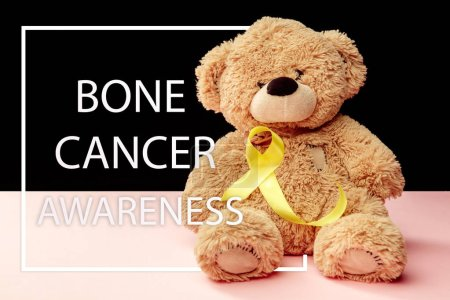 Photo pour Couleur symbolique de ruban jaune prévention suicide et sensibilisation du cancer de Sarcome osseux avec ours jouet. Le cancer, santé, aide, soins, aide, espoir, maladie, concept de soins de santé - image libre de droit