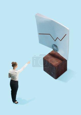 Photo pour Femme d'affaires pointant vers les escaliers graphiques, lancer des concepts. Succès, business, réalisation, progrès, notion de carrière - image libre de droit