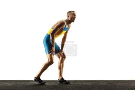 Photo pour Jeune homme caucasien qui court isolé sur fond de studio blanc. Un coureur ou un joggeur. Silhouette d'athlète de jogging avec des ombres . - image libre de droit