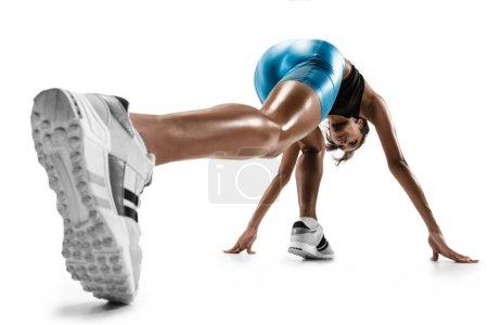 Photo pour Jeune femme africaine se préparent à commencer l'exécution studio blanc isolé sur fond. Un coureur féminin ou jogger. Silhouette d'athlète de jogging. - image libre de droit