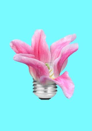 Photo pour Une autre source d'énergie. Délicatesse en ressources naturelles. Ampoule forme orchidée rose ou fleurs sur fond de ciel de couleur bleu. Espace négatif. Design moderne. Collage de l'art contemporain. - image libre de droit
