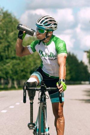 Photo pour Dnipro, Ukraine - 12 juillet 2019 : athlète handicapé ou amputé s'entraînant au cyclisme. Sportif masculin professionnel avec la prothèse de jambe pratiquant à l'extérieur. Sport handicapé et mode de vie sain. - image libre de droit