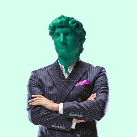 Photo pour Statut d'entreprise. Homme de bureau dirigé par une statue lumineuse sur fond vert. Mal de tête. Espace négatif pour insérer votre texte. Design moderne. Collage d'art lumineux coloré et conceptuel contemporain . - image libre de droit