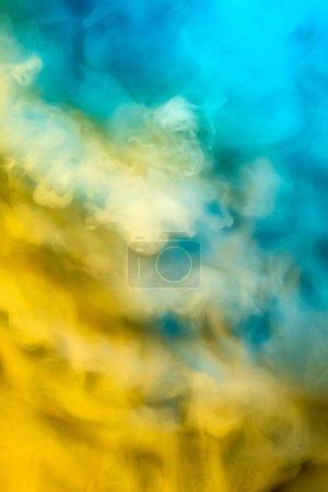 Foto de Abstracto colorido, humo multicolor difusión, fondo brillante para publicidad o diseño, fondo de pantalla para gadget. Textura de humo iluminada por neón, soplando nubes. Moderno diseñado . - Imagen libre de derechos