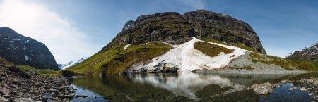 Photo pour Vue panoramique sur une incroyable montagne pierreuse et un lac cristallin tranquille par temps clair en Norvège - image libre de droit