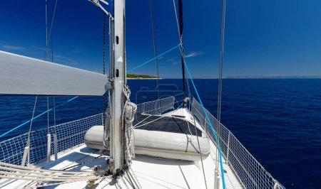 Photo pour Yacht de luxe à la course de la mer. régate. croisière voile - image libre de droit