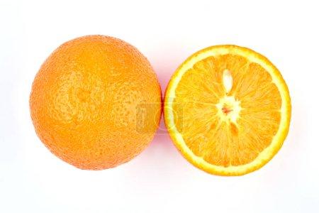 Photo pour Fruits frais orange entières et tranchées. Gros fruits orange juteuses sur fond clair. Délicieux fruits tropicaux. - image libre de droit