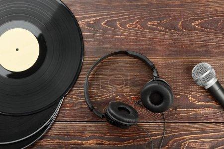 Photo pour Casque, vinyles et microphone. Plaques de vinyle, casque et microphone. Équipement audio ancien et moderne. - image libre de droit